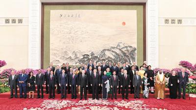 """习近平和彭丽媛欢迎出席第二届""""一带一路"""" 国际合作高峰论坛的外方领导人夫妇及嘉宾"""