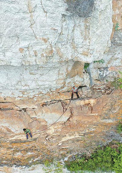 为带领村民致富 51岁老农带头爬峭壁修路