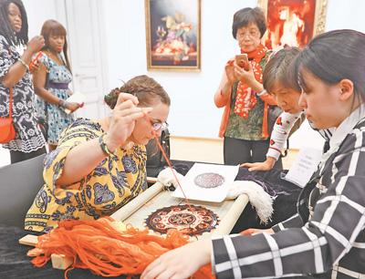 """""""感受到文明互鉴的魅力""""——上海绒绣欧洲交流展在布鲁塞尔开幕"""