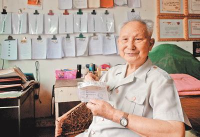 """肖光盛:89岁的""""爱心爷爷"""""""