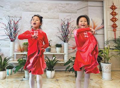 农村娃线上学舞蹈(解码·假期怎么过)