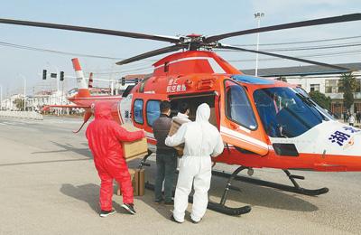 直升機緊急出動運送醫療物資