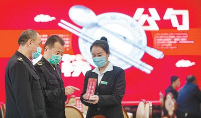 """""""'混吃'的确不卫生,早就应该倡导用公勺公筷"""""""