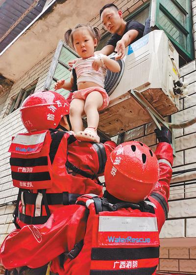 武警、消防紧急投入南方多地抗洪抢险(防汛救灾全力以赴)