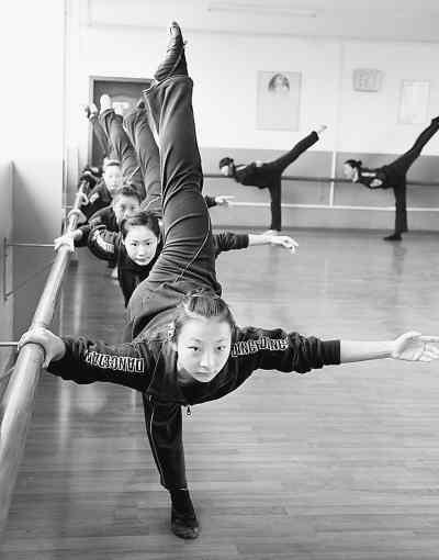 12月25日, 舞蹈演员争分夺秒,苦练基本功.