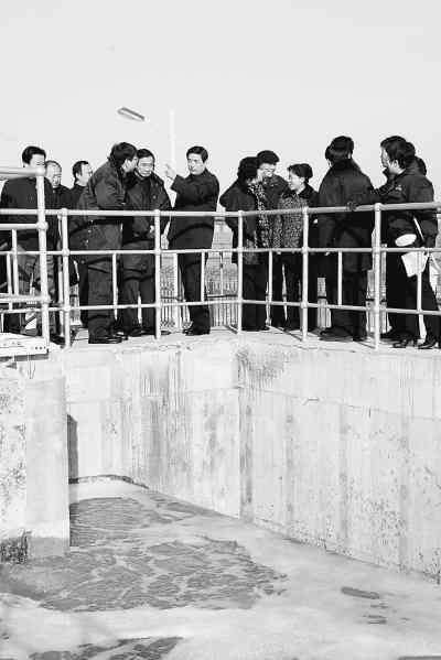 2009年11月18日,沈阳市人大代表对沈阳市白塔堡污水处理厂污水处理