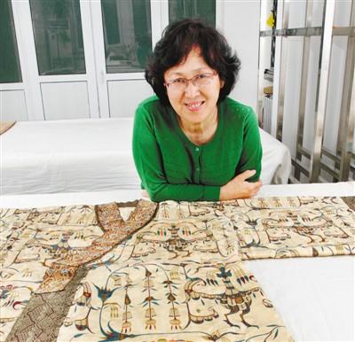 """王亚蓉:重纺经纬织锦绮(足音) 杨雪梅 《 人民日报 》( 2017年04月13日   24 版)        她有一双化腐朽为神奇的手。    在每一个重要的考古遗址,她都期待着能提取到古人留给我们的绢罗锦纱;在纺织考古实验基地,她复原的丝织品从东周到清代,时间跨度长达2000年;她说,中国是一个拥有""""锦绣""""历史的文明古国,她期待能为中国织就一个""""锦绣""""前程……        清明之后的北京草长莺飞姹紫嫣红,正是一年好景。4月6日,是王亚蓉老师的75岁生日。那一天她的多名弟子和亲朋好友在微信微博中祝她 - weicuibai65 - 雕龙绣凤"""