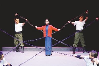 第八届中国京剧艺术节的传承新亮点 徐耀新 《 人民日报 》( 2017年06月02日   24 版)     青春版京剧《江姐》剧照。     前不久,第八届中国京剧艺术节在古都南京落下帷幕。1995年开始举办的中国京剧艺术节是我国规模最大、水平最高的京剧艺术盛会。本届京剧节更是京剧艺术继承创新成果的一次集中展示,全国34个京剧院团在20天的时间里演出60余场,生旦净丑、唱念做打、悠扬皮黄、铿锵京韵,尽展国粹风采。    京剧作为中华民族传统文化精粹,其重要性不言而喻。但如何更好地继承并适应当下人们审美的 - weicuibai65 - 雕龙绣凤