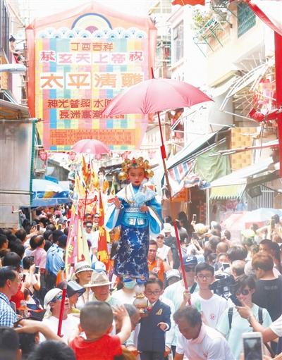 """香港的三个比喻 诸雄潮 《 人民日报 》( 2017年07月01日   08 版)    夏季,嬉水是香港市民喜爱的休闲方式。       香港近年风行健康生活理念。图为""""乐活、素食展""""在港举办。       香港数学天才在数学奥林匹克竞赛中脱颖而出。       """"一带一路""""倡议是香港的关注热点。图为在香港举办的海上丝绸之路瑰宝展。       香港回归祖国20年,体育事业蓬勃发展。图为里约残奥会香港代表团载誉返港。       长洲太平清醮是香港独有的民间节庆活动。2017年5月,舞龙舞狮、抢包山等亮 - weicuibai65 - 雕龙绣凤"""