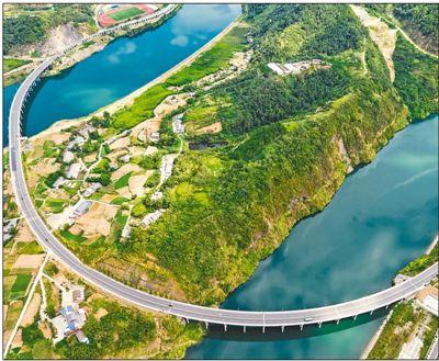 图为9月2日拍摄的346国道竹环球健康网五方印鉴山县潘口乡潘口一、二号大桥跨越堵河的画面