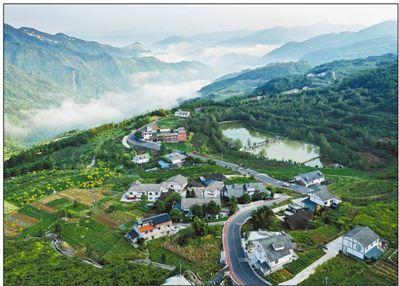 9月4日,汽车行驶在重庆万盛经开区黑山镇乡村公路上,乡村景色美不胜