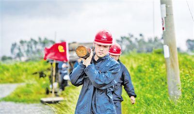 党员突击队雨中抢修复电