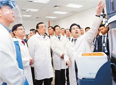 李克强参观新加坡特沙生物医疗科技公司