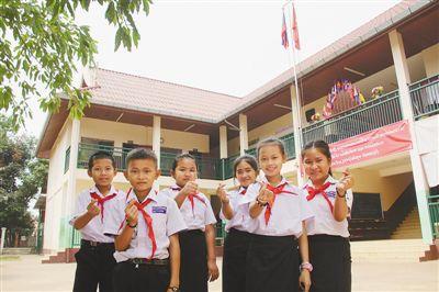 """""""感谢中国朋友帮我们建起了漂亮的学校""""(第一现场)"""