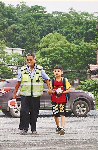 这位老人10年护送学生过马路超40万人次