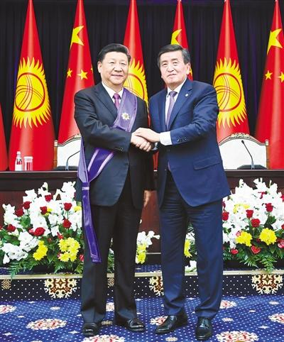 """习近平出席仪式接受吉尔吉斯斯坦总统热恩别科夫授予""""玛纳斯""""一级勋章"""