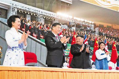 习近平和彭丽媛观看朝鲜大型团体操和艺术演出
