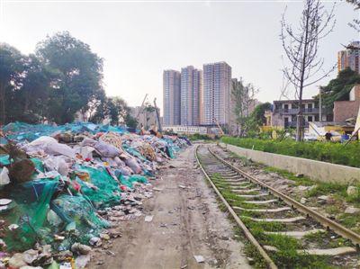 废弃铁路旁垃圾堆放(曝光)