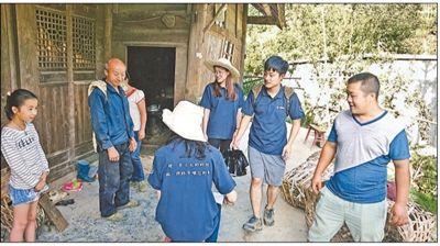 """贵州毕节大方县大石希翼小学学生家里,""""本禹志愿服务队""""队员正在做家访。   陈礼源摄"""