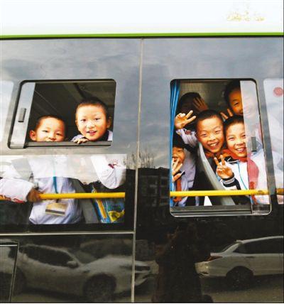 """开通往返安置点、学校和就业园区之间的""""扶贫直通车""""专线"""