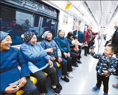 地铁通村大娘试乘