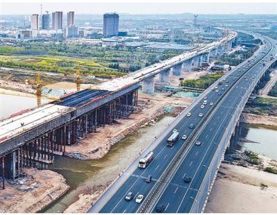 国家重点工程银西高铁(银川—西安)渭河特大桥四线桥合龙