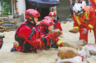洪水中有力的大手