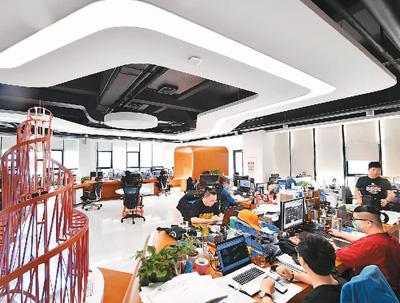 信息传输、软件和信息技术服务业的员工年平均工资居前