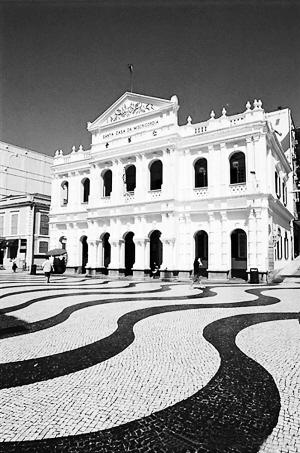 大楼就在喷水池广场.金字门楼,罗马式梁柱,拱门回廊,洁白的外衣