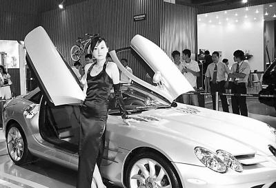 奔驰汽车公司生产的slr型新款跑车.   新华社记者 闫平 摄   高清图片