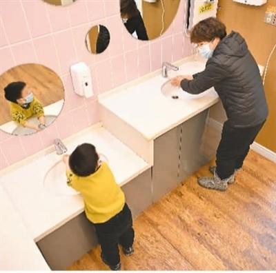 """让家庭教育走出""""舒适区"""",明确各方责任义务"""