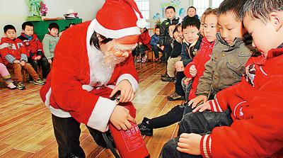 平安 幼儿园 消防 标志 金华市/金华市消防志愿者扮演圣诞老人,走进了幼儿园,通过做游戏、教...