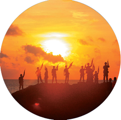 """""""天涯哨兵""""在西沙群岛石岛海边迎接朝阳."""