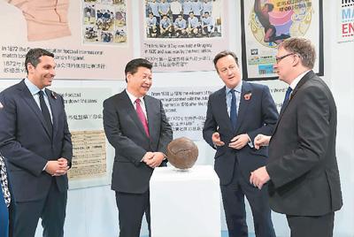 十月二十三日,国家主席习近平在英国首相卡梅伦陪同下,参观曼彻斯特