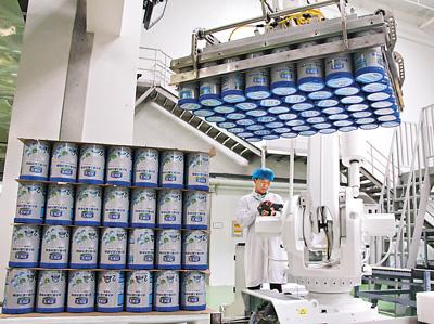 图为君乐宝奶粉新工厂自动化生产线