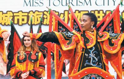 浙江台州:城市旅游小姐着戏服走秀