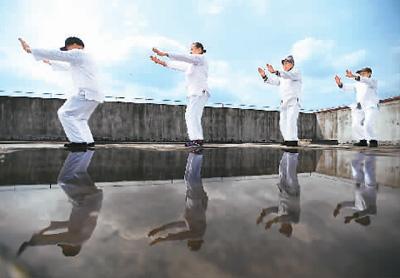 昂洞村老人在卫生院楼顶公共活动平台打太极拳