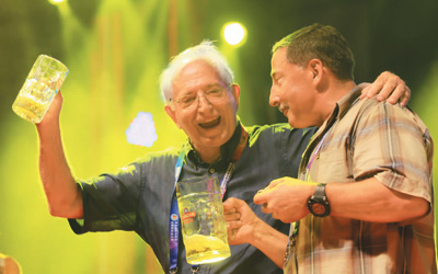 在青岛西海岸新区举行的国际啤酒节上,驻青外国专家玩得不亦乐乎.