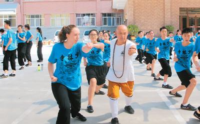 华裔少年在少林寺学武术