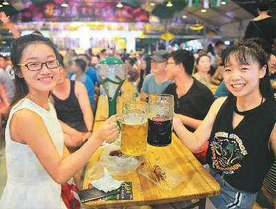 青岛国际啤酒节游客畅饮