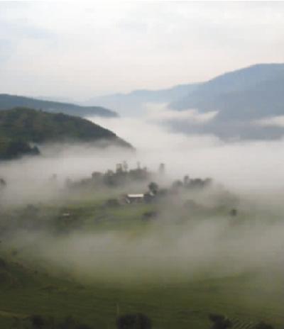 罗坪山顶观雾