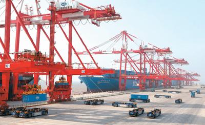 上海洋山港四期自动化码头正式开港试运行