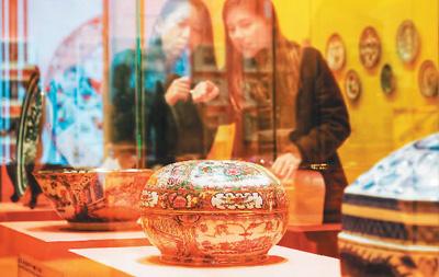 香港彩瓷艺术亮相