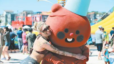 韩国泥浆节吸引四方游客