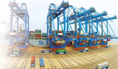 青岛港全自动化码头生产控制中心.