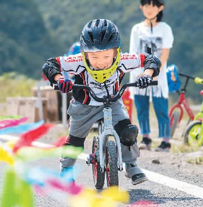 参加儿童平衡车体验赛的小选手在比赛中.