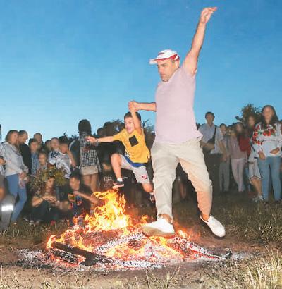 乌克兰欢度伊万库帕拉节