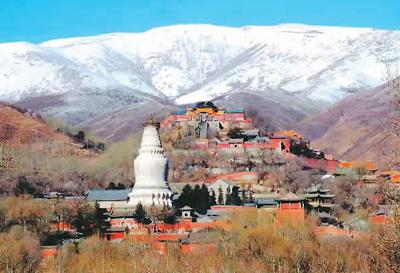 """五台山龙泉寺的汉白玉石牌坊素有""""华北第一雕""""之称,为山西省重点"""