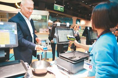 """外国游客也能体验""""扫码""""支付的便利"""