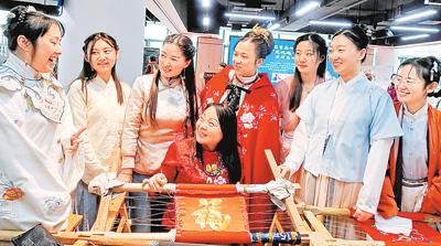 無形文化遺産「漢刺繍」の技を伝承 湖北省